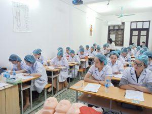 Thí sinh tham dự phần thi lý thuyết trước khi thi thực hành