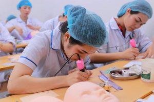 Thí sinh tham dự phần thi thực hành phun môi hoặc lông mày